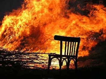 silla en llamas