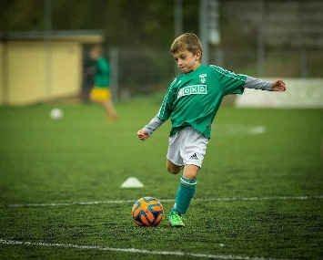 Niños fútbol alimentación